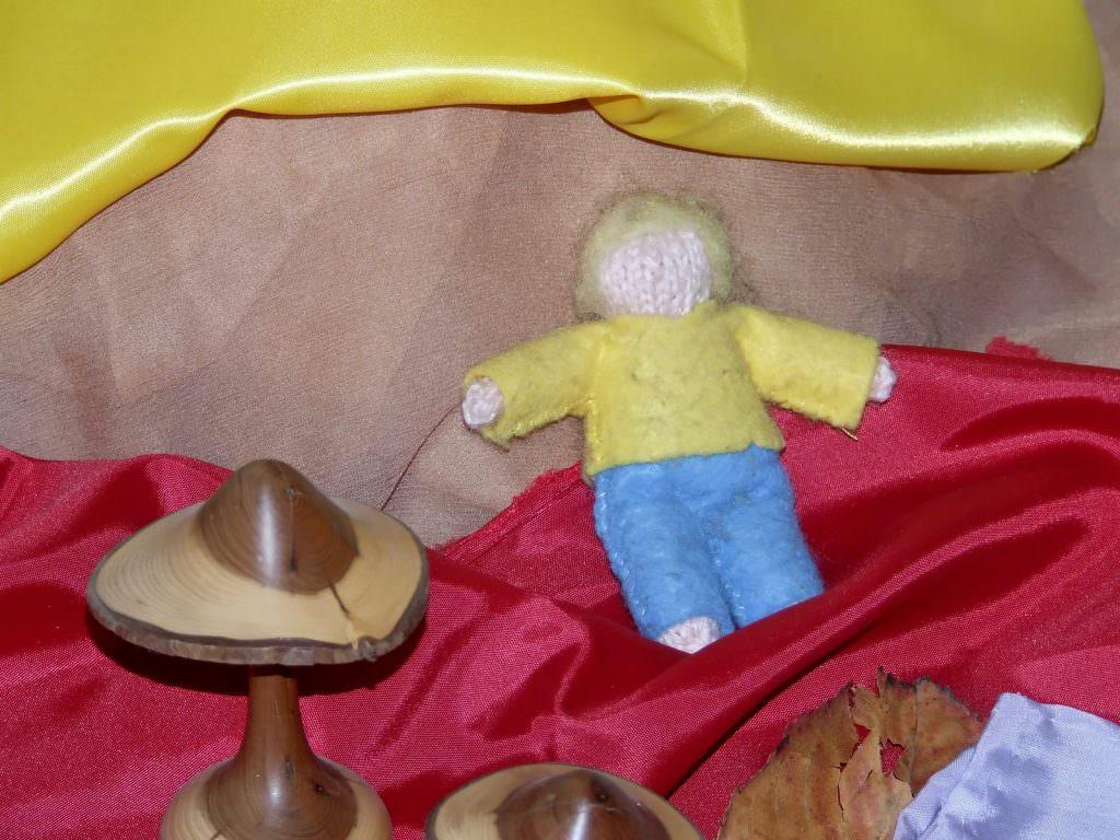 Notre fidèle Trois-Pommes est descendu de son nuage au rituel du bonjour pour passer la journée avec nous. Il y remontera au rituel de l'au-revoir.