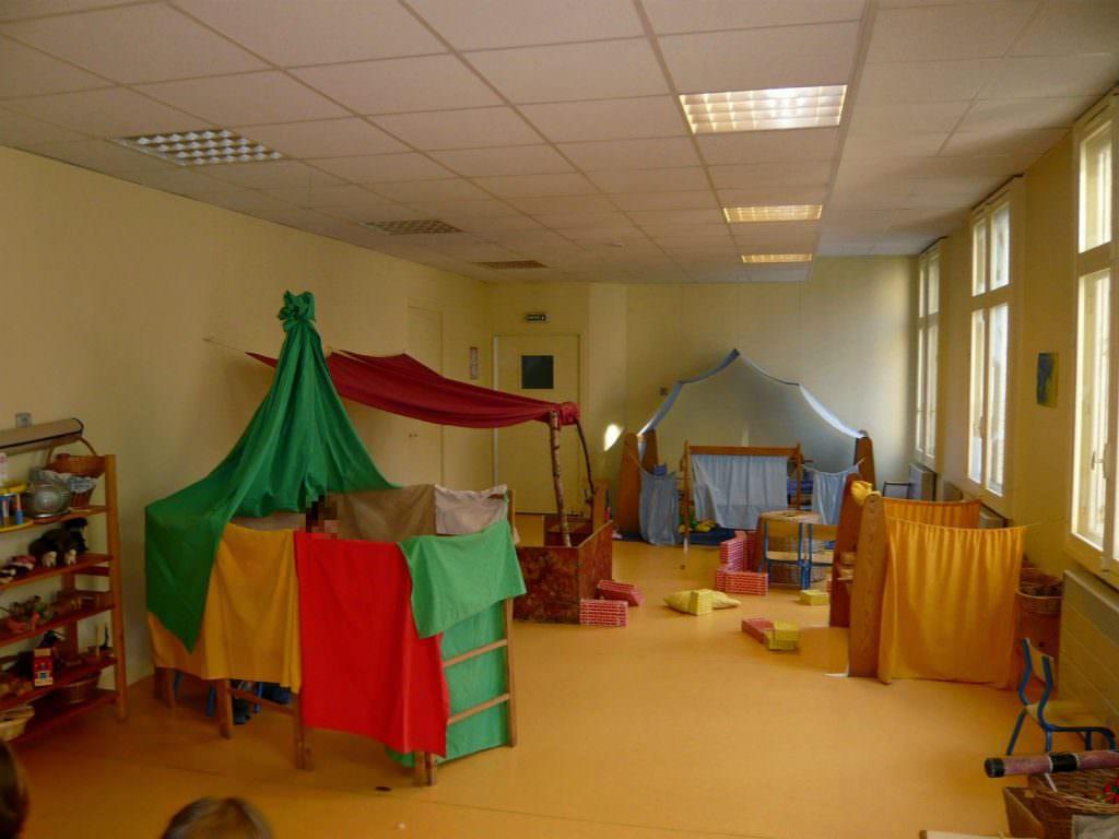 la salle sert d'espace de jeux libres pour les enfants