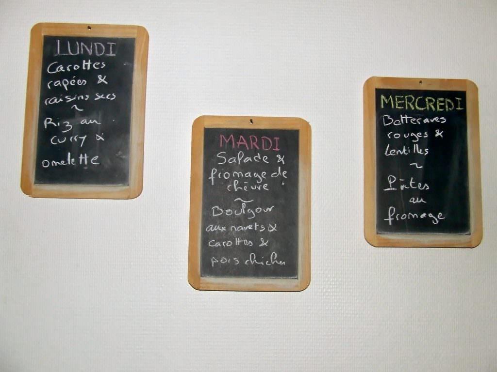 Exemples de menus. Lundi : Carottes rapés et raisins secs en entrée ; riz au curry et à l'omelette en plat principal. Mardi : salade et fromage de chèvre en entrée ; boulgour aux navets, carottes et pois chiches. Mercredi : betterave rouge et lentille en entrée ; pâtes au fromage en plat chaud.